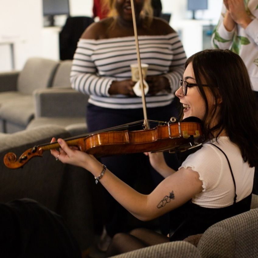 Woman in her 20s learns the fiddle